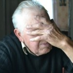 12119 old man hiding his face with his hand_Polak-2d24e990